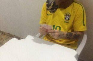 Juquinha Pocotó Jogando Truco com Camisa do Brasil